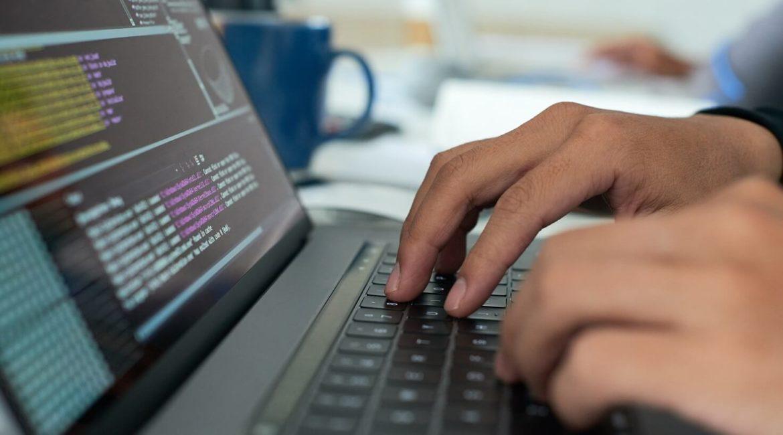 Pessoa fazendo otimização de sites para SEO.