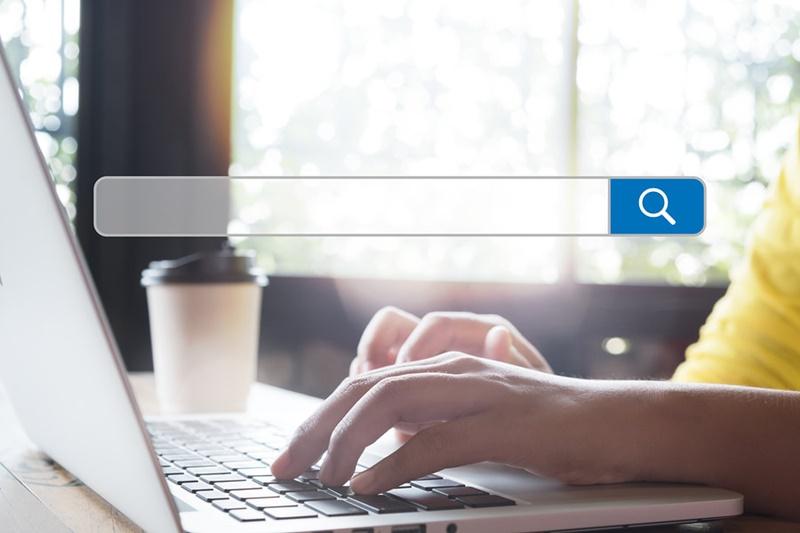 Pessoa buscando a melhor URL amigável ou padrão de URLs.