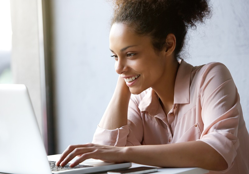 Mulher analisando as ferramentas para analisar o SEO de um concorrente