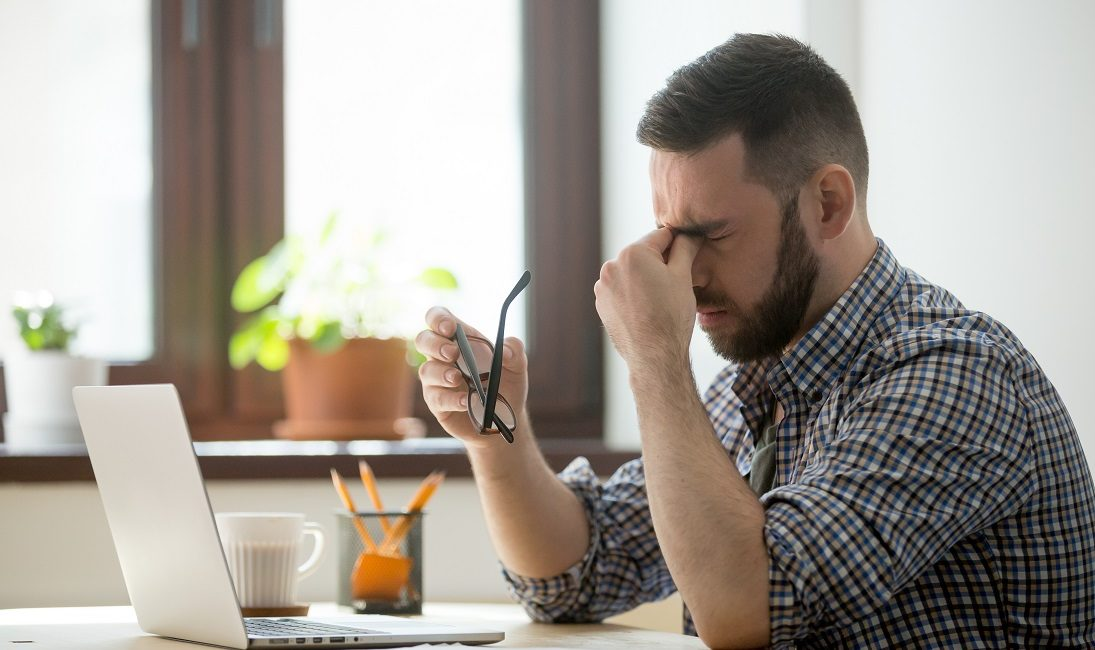 Homem triste porque seu ranqueamento no google caiu