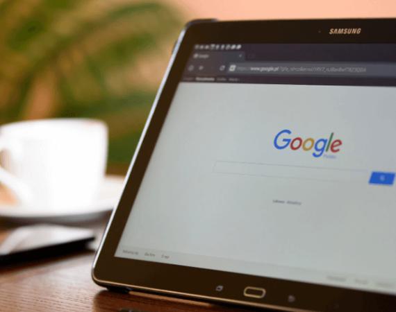 Computador aberto no site do Google para exemplificar as ferramentas do Google para Análise de SEO.