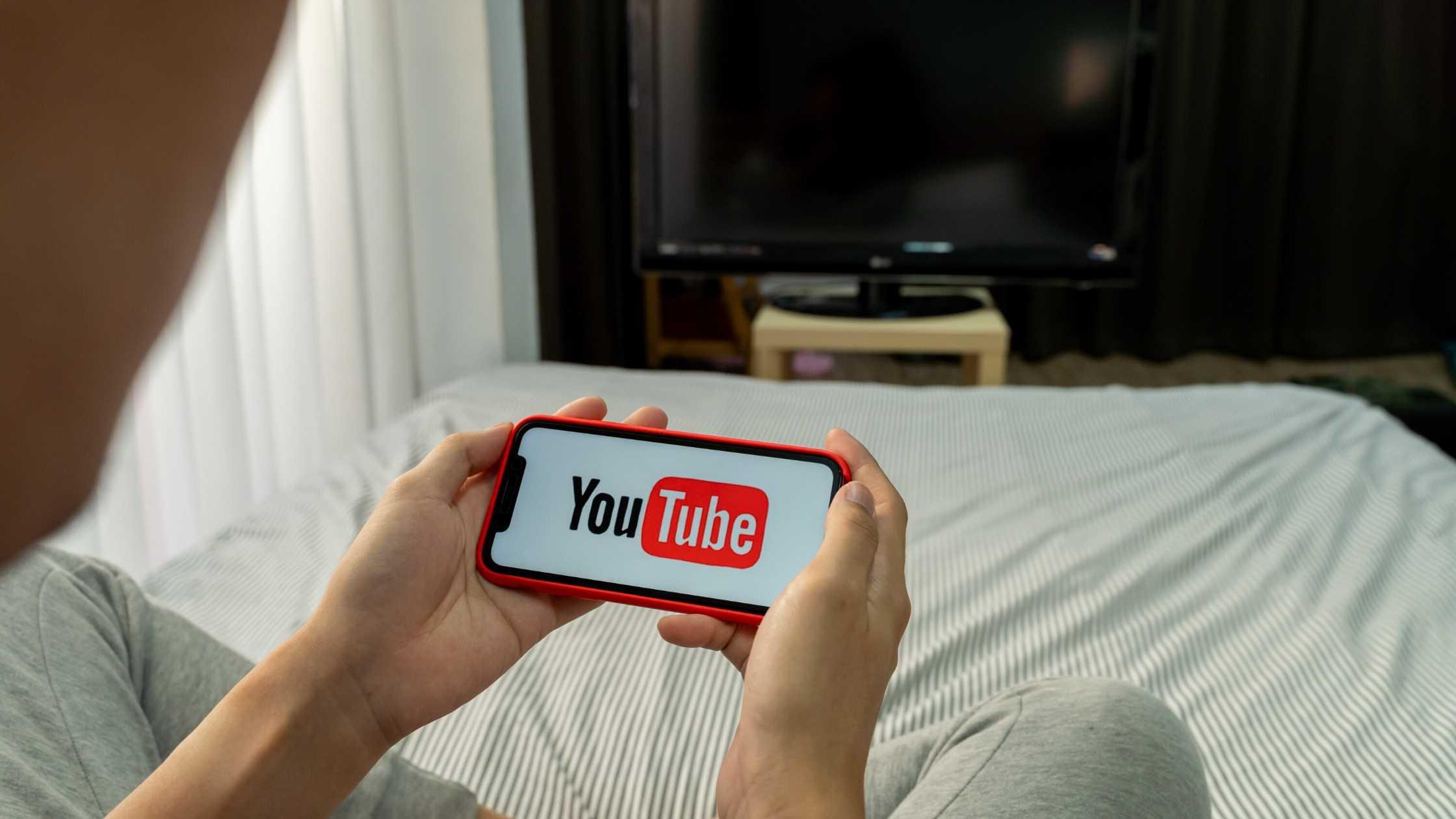 Assistindo um anúncio do YouTube no celular.
